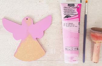 ange moderne en bois peint en rose