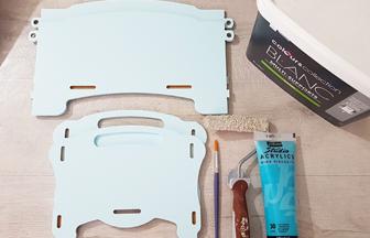 peindre la boite de rangement enfant en bois avec du bleu