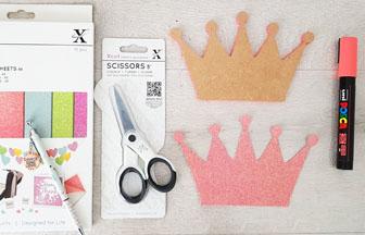 habiller la petite couronne en bois avec du papier paillettes