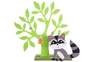décoration tendance avec un pommier et un raton laveur en bois