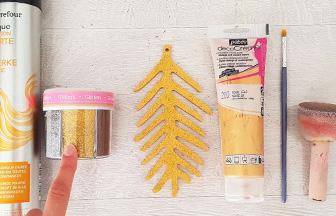 épine de sapin en bois peint avec des paillettes