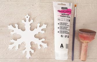 flocon percé en bois peint en blanc