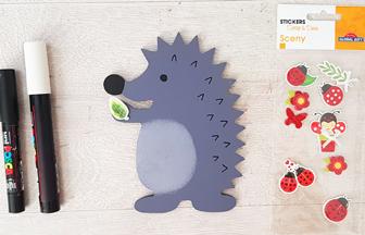 recouvrir le hérisson en bois avec des stickers