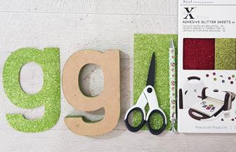 coller du papier paillettes vert sur les lettres en bois
