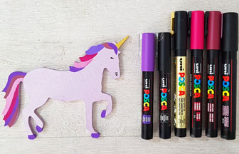 petite licorne en bois colorié avec des feutres