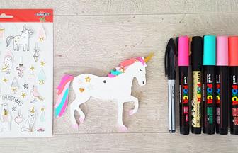 colorier avec des feutres la licorne pour le sapin Noël girly