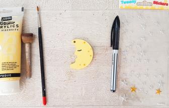 petite lune en bois peint