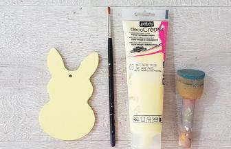 peindre le petit lapin en bois avec du jaune pastel