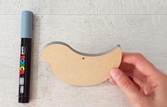 colorier les tranches du petit oiseau à suspendre en bois