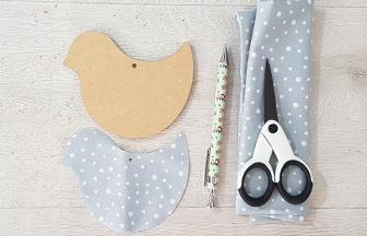 habiller le petit oiseau en bois avec du tissu gris