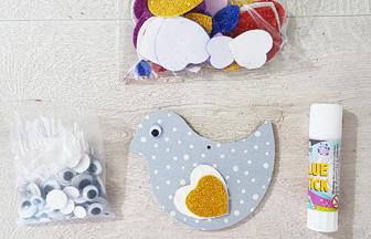 décoration du petit oiseau en DIY sur le mobile bébé en bois
