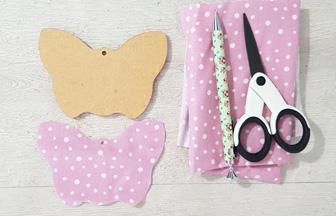 habiller le papillon en bois avec du tissu