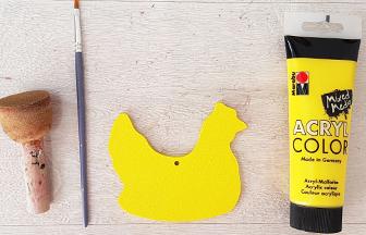 petite poule à peindre sur le mobile enfant en bois