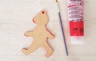 peindre les tranches en rouge de l'ourson en bois