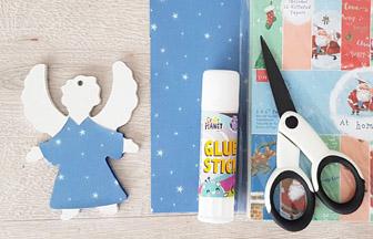 habiller le petit ange en bois avec du papier bleu