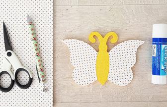 habiller le papillon en bois avec du papier