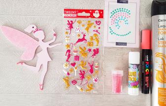 coller des stickers sur la fée en bois pour le sapin Noël girly
