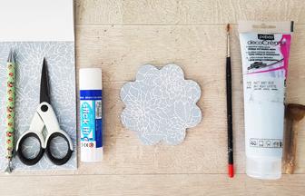 customiser la petite fleur en bois avec du papier