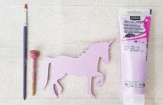 petite licorne en bois peint en violet pastel