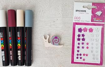 petit escargot en bois à colorier avec des posca