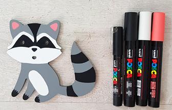 colorier avec des feutres le raton laveur en bois