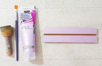 peindre la réglette en bois avec du violet pastel