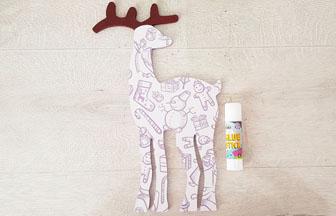 coller le papier sur le renne en bois