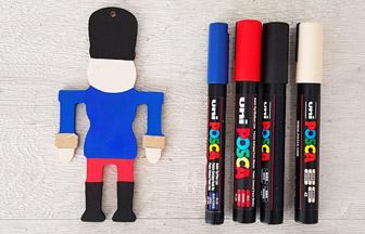 colorier le soldat casse noisette en bois avec des feutres