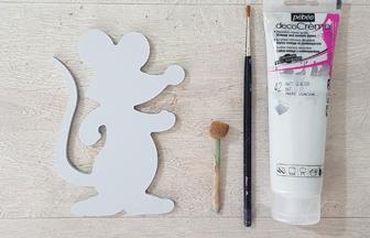 peinture gris sur la souris en bois