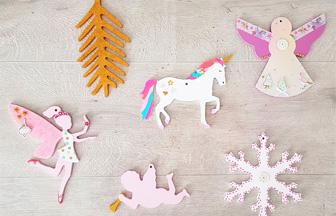 décoration sapin Noël girly avec des supports en bois féerique