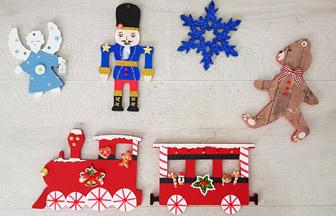 décoration de sapin Noël classique avec des supports en bois à personnaliser
