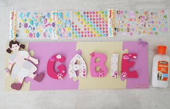 Assemblage final poupée et lettre en bois dans une style décoration girly