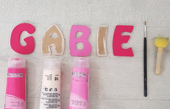 prénom en bois peint rose et fuschia