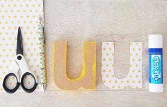 habiller la lettre en bois avec du papier soleils