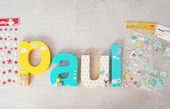 customiser les lettres à poser en bois avec des stickers