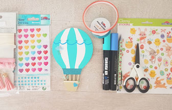 petite montgolfière en bois décoré avec des stickers