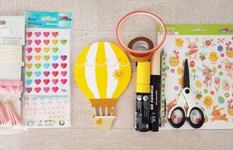 colorier la petite montgolfière en bois avec des feutres