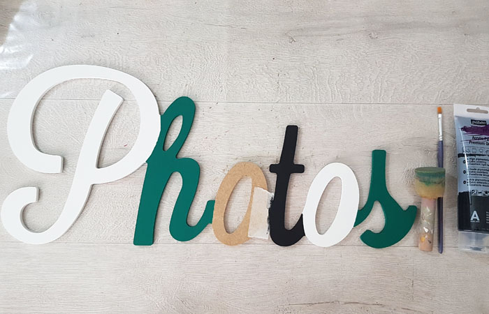 peindre le mot photos en bois avec du noir