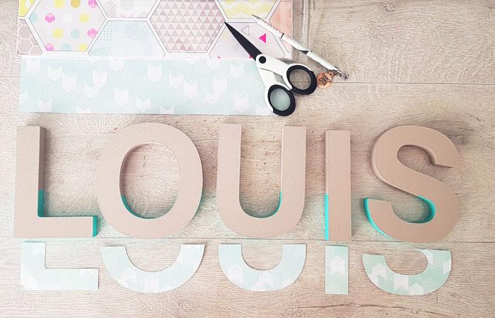 habiller les lettres en bois à poser avec du papier bleu pastel
