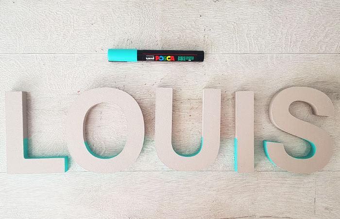 colorier les tranches des lettres en bois à poser avec un bleu turquoise