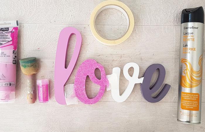 coller des paillettes sur le mot à poser love