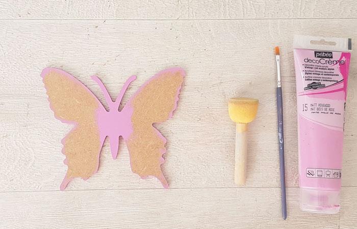 peindre le papillon en bois avec du rose