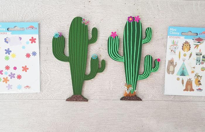 coller des stickers fleurs sur les cactus en bois