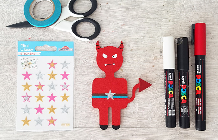 personnaliser le petit diable en bois avec des feutres