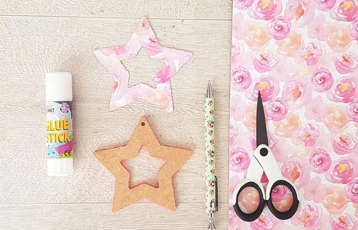 papier fleur a coller sur l'étoile en bois
