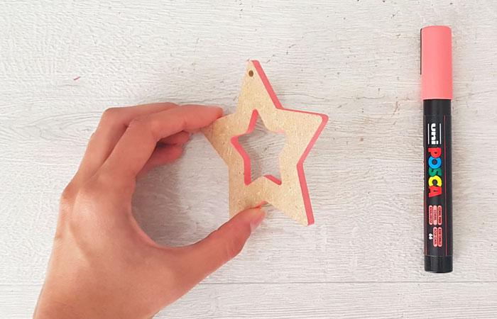 colorier les tranches en rose saumon de l'étoile ajouré en bois