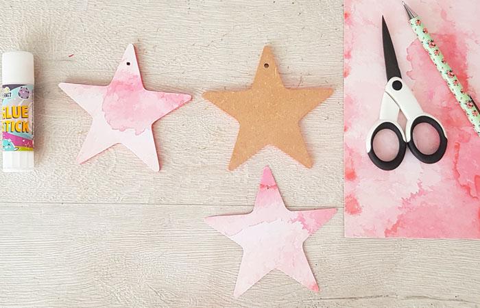 coller du papier rose sur les étoiles en bois pour le bricolage attrape rêve facile
