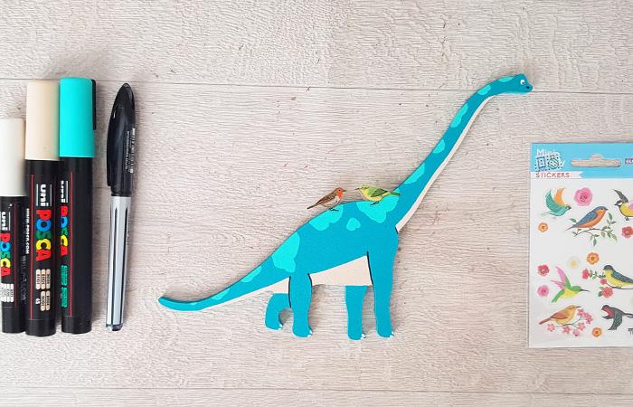 grand long cou à peindre en bleu avec le tuto dinosaure