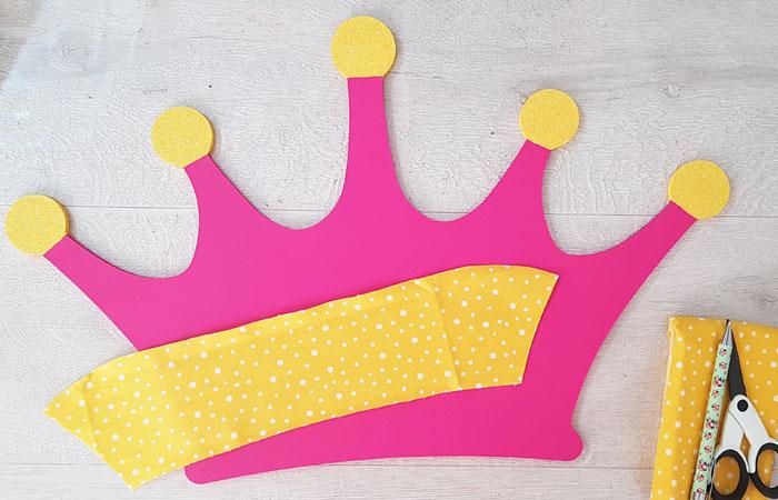 customiser la couronne en bois avec du tissu jaune disney