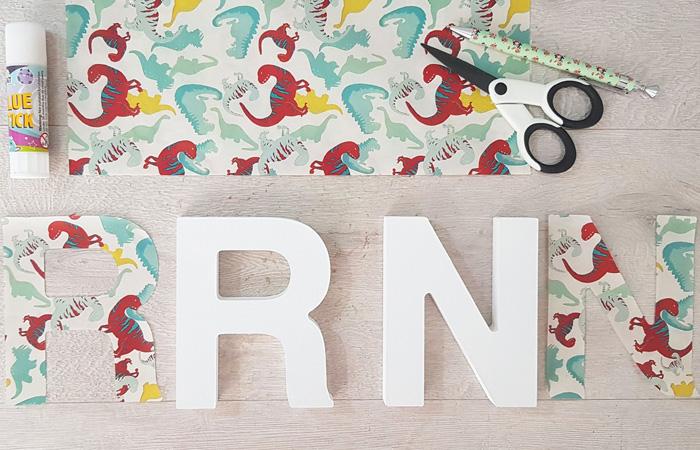 décorer les lettres en bois avec du papier dinosaure